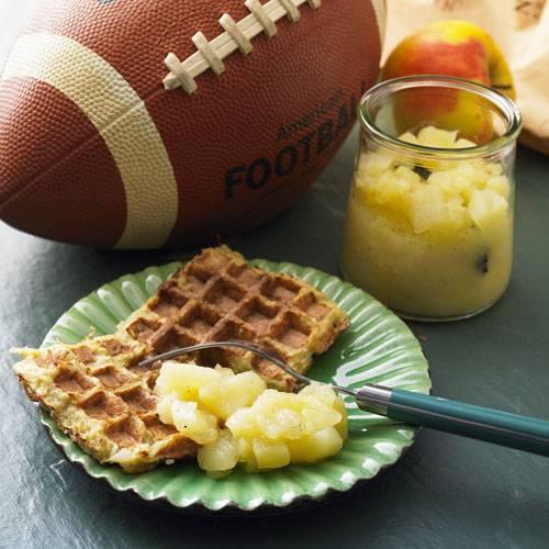 Eine clevere Idee: Kartoffelpuffer kann man auch im Waffeleisen backen. So werden sie schön kross, ohne vor Fett zu triefen. Unser selbst gemachtes Apfelkompott kommt ganz ohne Zucker aus - stattdessen wird eine halbe Vanilleschote mitgekocht. Zum Rezept: Kartoffelpuffer-Waffeln mit Apfelkompott