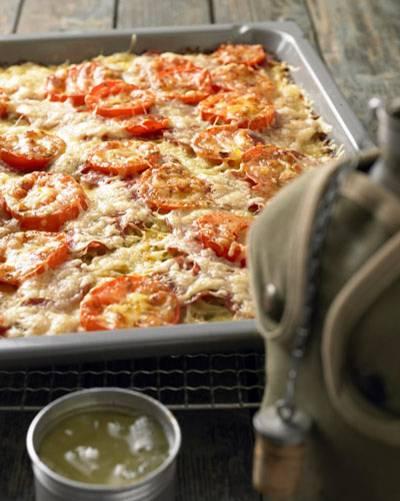 Wenn Sie Gäste mit ordentlich Kohldampf erwarten, ist es gut, wenn das Essen schon im Ofen ist - zum Beispiel unsere Kartoffelpizza mit Tomaten und Salami. Zum Rezept: Kartoffelpizza vom Blech