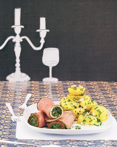 Die Roastbeefscheiben sind schnell gefüllt. Und der warme Salat schmeckt auch gut zu gebratenem Fisch und zu Spiegelei!  Zum Rezept: Roastbeef-Röllchen mit Kräuterfüllung zu warmem Kartoffelsalat