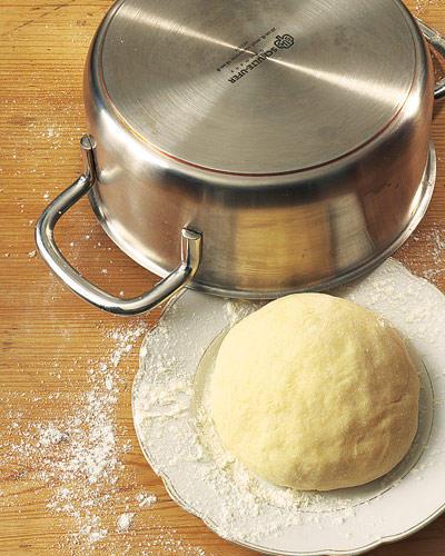 Backen: Teig zu einer Kugel formen und unter einem heiß ausgespülten Topf oder unter einer Schüssel etwa 30 Minuten ruhen lassen.