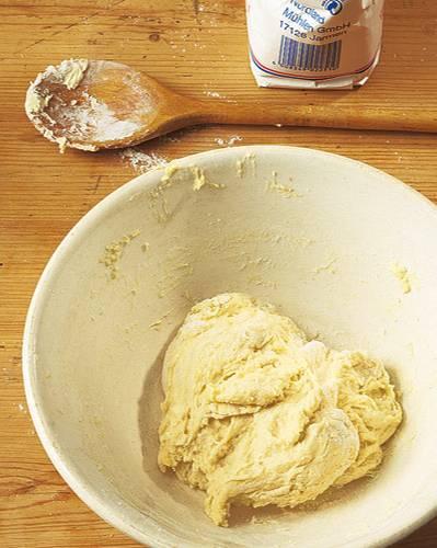 Backen: Die verrührten Zutaten mit den Händen zu einem glatten Teig kneten.