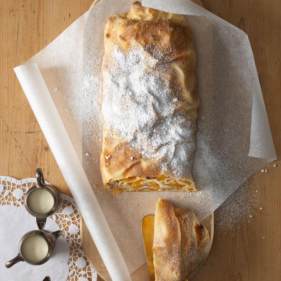 Marillen heißen die süß-säuerlichen Früchte in Österreich, dem Heimatland des Strudels. Und ein saftiger Strudel mit Marillen, am besten nach überliefertem Familienrezept, gehört zu den Klassikern auf der Kaffeetafel unserer Nachbarn. Wer mittags gern mal süß isst, kann Strudel auch als Hauptspeise probieren. Zum Rezept: Aprikosenstrudel     Übrigens: Wer Strudelteig nicht selbermachen will, kann bei all unseren Rezepten auf fertigen Yufka- oder Filoteig vom türkischen Supermarkt ausweichen. Statt 1 Rezept Strudelteig brauchen Sie 1 Packung Yufka- oder Filoteig (3 große Fladen = 480 g), 80 g Butter und 40 g Zucker. Die Teigfladen mit flüssiger Butter bestreichen, mit Zucker bestreuen und übereinander setzen. Anschließend eine der Füllungen darauf verteilen, Seiten einschlagen, Teig aufrollen, auf ein Backblech setzen, mit Butter bestreichen und wie im Rezept beschrieben backen.