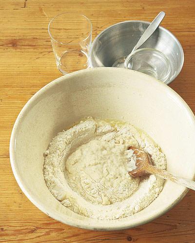 Backen: Mehl, Salz, Öl und Wasser zunächst mit den Knethaken des Handrührers oder mit einem Holzlöffel verrühren.