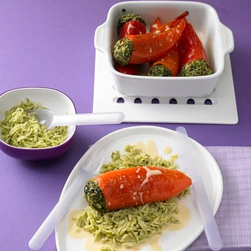 Die gefüllten Paprikaschoten lassen sich gut vorbereiten: Einfach mit Mett und Spinat füllen - und wenn die Kinder nach Hause kommen, müsst ihr sie nur noch in den Ofen schieben. Der Reis wird dank Bärlauchpesto grün und würzig. Zum Rezept: Gefüllte Spitzpaprika auf grünem Reis