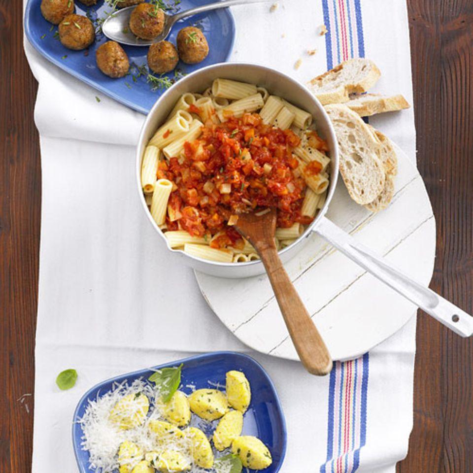 Die Penne mit Gemüse-Bolognese lassen sich toll variieren. Fleisch-Fans servieren Sie sie mit Hackfleisch-Klößchen mit Thymian. Vegetariern schmecken sie mit Parmesan-Polenta-Klößchen mit Basilikum. Die Hackfleisch-Klößchen brauchen etwas länger, lassen sich dafür aber gut warmstellen (bei 50 Grad im Backofen, zudecken und nicht länger als 20 Minuten, damit nichts austrocknet). Zum Rezept: Penne mit Gemüse-Bolognese