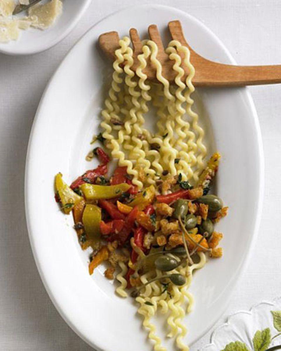 Geröstete, süße Paprikaschoten und scharfe, knusprige Croutons - in dieses Bett legen sich die Korkenziehernudeln nur zu gern. Zum Rezept: Korkenzieher-Pasta mit Chili-Croûtons