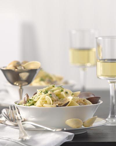 """""""Spaghetti vongole"""" heißt dieses Rezept in Italien, aber auch die Kalifornier lieben es. Für die Soße nehmen wir natürlich kalifornischen Chardonnay. Zum Rezept: Spaghettini mit Venusmuscheln in Weinsoße"""