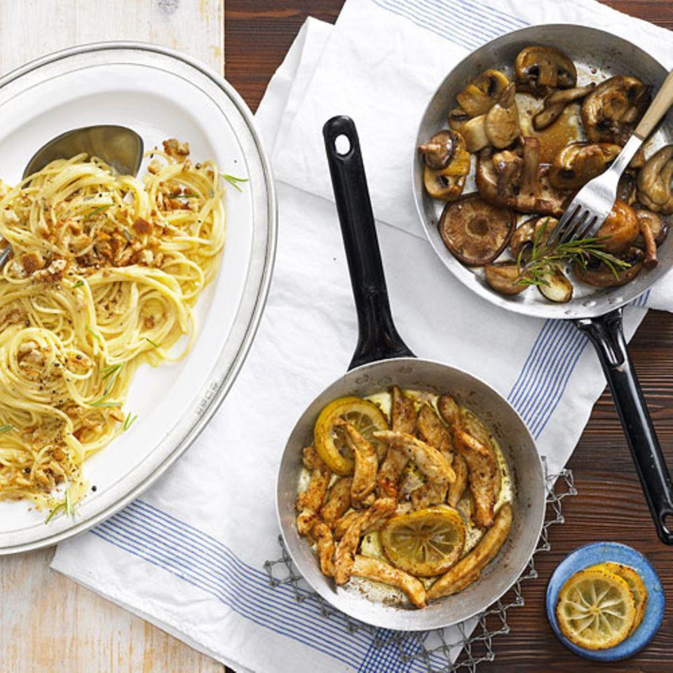 Jedes Rezept doppelt genießen: Das geht ganz einfach - mit unseren Nudeln mit und ohne Fleisch. Fleisch-Fans kriegen ihr Fleisch, Vegetarier eine leckere Alternative, und Sie sind entspannt, weil Sie alles so lässig zubereitet haben. Dieses Rezept ist besonders unkompliziert: Spaghettini mit Ei-Sahne-Soße bilden die Basis. Für Fleisch-Fans braten wir Zitronen-Hähnchen dazu. Vegetarier peppen das Rezept mit Rosmarin-Pilzen auf! Zum Rezept: Spaghettini mit Ei-Sahne-Soße