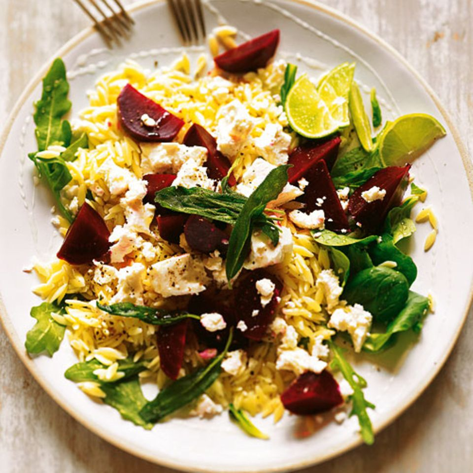 Kritharaki, die kleinen Nudeln, sehen aus wie Reis, sind aber schneller gar. Super! Wir servieren sie als raffinierten Salat mit roter Bete, Feta, Feldsalat und Salbei. Zum Rezept: Nudelsalat mit roter Bete und Schafskäse