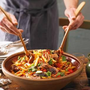 Aubergine, Möhren, Fenchel, Tomaten, Staudensellerie, Paprika und Minze sind auch dabei ? unter anderem. Zum Rezept: Penne mit Lammschulter