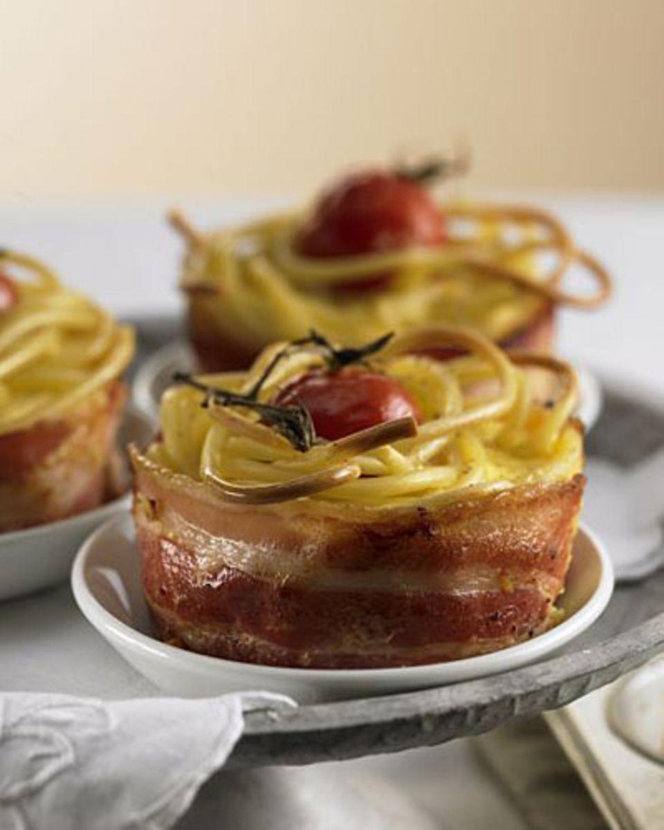Ein Nest aus Makkaroni und Schinken, im Ofen gebacken mit Kirschtomaten und Sahnesauce - das schmeckt Ihren Gästen ganz sicher nicht nur an Ostern. Zum Rezept: Carbonara-Gratin mit Kirschtomaten