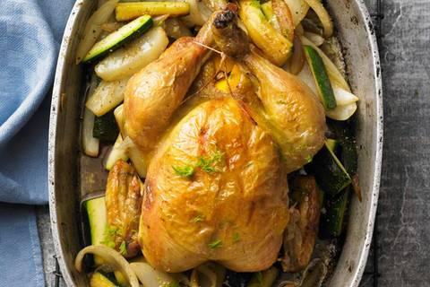 Auf ihrem Speiseplan steht nur Mais ? das macht das Fleisch dieser Poularden extrazart. Geschmort mit elegantem Fenchel und milden Gemüsezwiebeln ist das Gericht ein Mai-Gedicht. Zum Rezept: Maispoularde mit geröstetem Gemüse