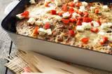 So ein griechischer Hackbraten mit Oliven, Peperoni und Feta macht zehn Esser auf einmal satt und glücklich. Schön frisch dazu: ein grüner Salat. Zum Rezept: Griechischer Hackbraten