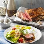 Einfach schmoren lassen ? da hat man beide Hände frei, um Neues auszuprobieren: Statt Remoulade gibt es eine Crème fraîche mit Minze, Dill und Petersilie. Dazu fruchtigen Quinoa-Salat. Zum Rezept: Roastbeef mit Kräuter-Tahin-Soße