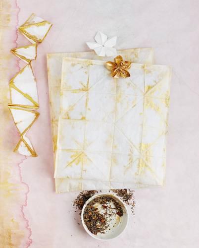 Diese Dufttüten aus Papier können Sie im Handumdrehen selber machen. Sie sind besonders in der Adventszeit ein schönes Mitbringsel. Zur Anleitung Dufttüten aus Papier selber machen.