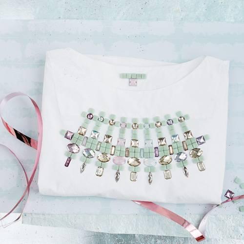 Ein T-Shirt mit Perlen zu verzieren, ist keine neue Idee, macht aber aus einem einfachen Oberteil ein echtes Unikat - ganz nach Ihren Vorstellungen. Zur Anleitung T-Shirt mit Perlen verzieren