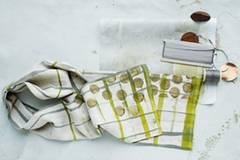 Nichts für Anfänger: Diesen Männer-Schal können Sie mit etwas Aufwand selber machen, brauchen dafür aber etwas Übung mit der Nähmaschine. Zur Anleitung Männer-Schal selber machen.