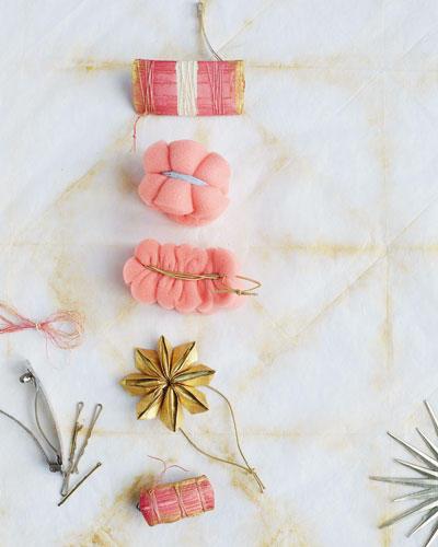 Eine Kanzashi-Blüte macht aus einem Zopfgummi ein schickes Accessoire fürs Haar. Hier erfahren Sie, wie Sie diesen Haarschmuck basteln.  Zur Anleitung Haarschmuck basteln