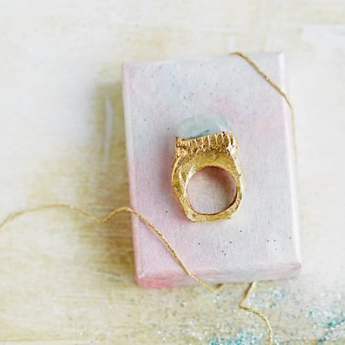 Wer selbstgemachten Schmuck mag, sollte sich einmal diesen Fimo-Ring anschauen. Denn den können Sie ganz einfach selber machen. Zur Anleitung Fimo-Ring selber machen.