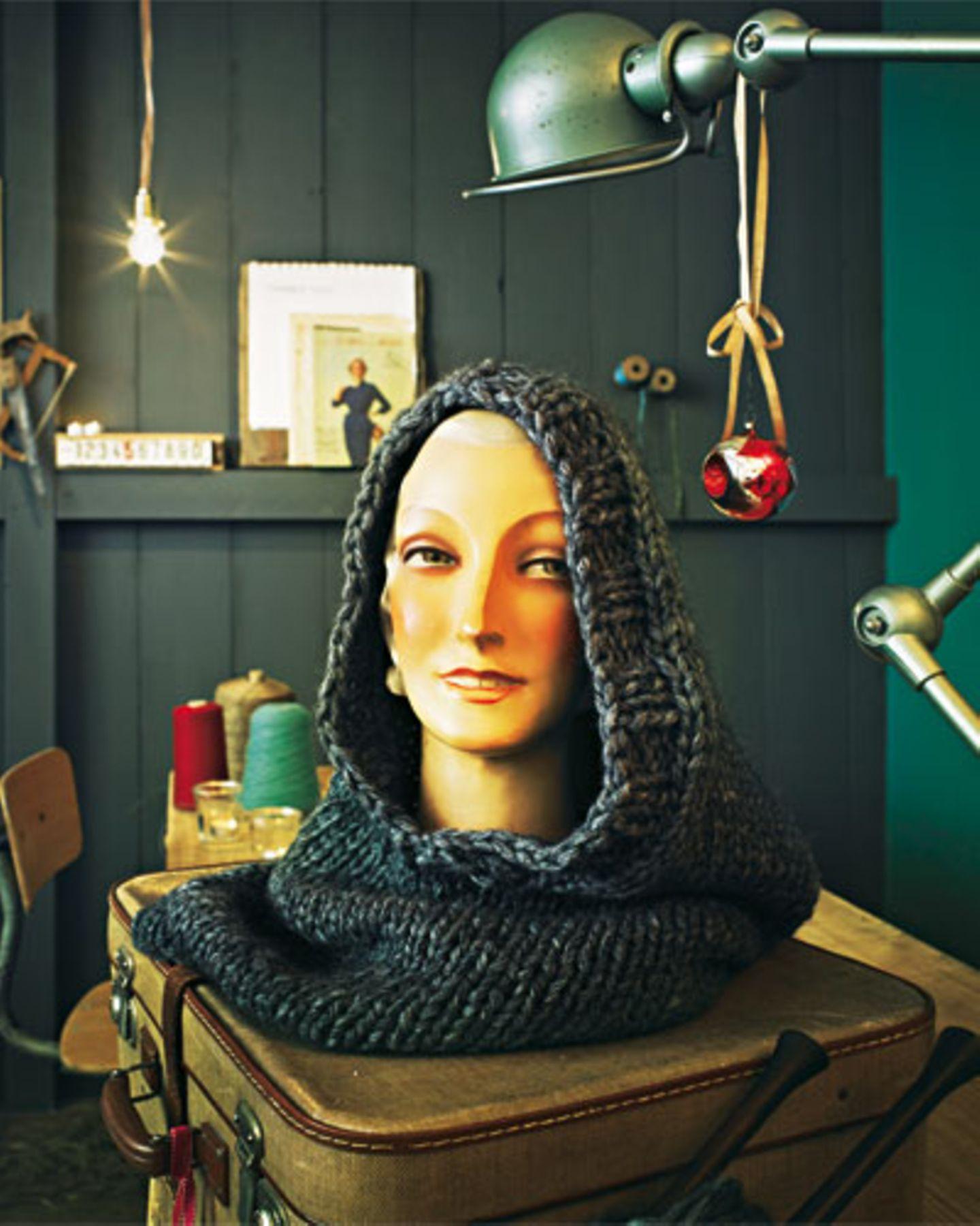 Flauschig an Kopf und Hals: Den grob gestrickten Schlauchschal mit Kapuze stricken wir uns für einen wohlig-warmen Winter. An die Nadeln und los! Zur Anleitung Schlauchschal mit Kapuze stricken.