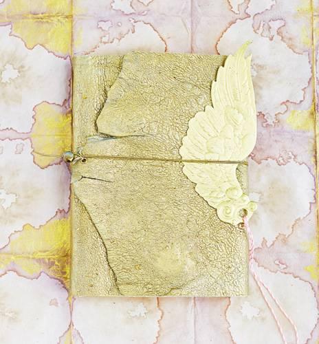 Für sich selbst oder als Geschenk: Ein Notizbuch mit Ledereinband können Sie mit wenig Aufwand selber machen - ob in Gold oder in der Farbe Ihrer Wahl. Zur Anleitung Notizbuch mit Ledereinband selber machen.
