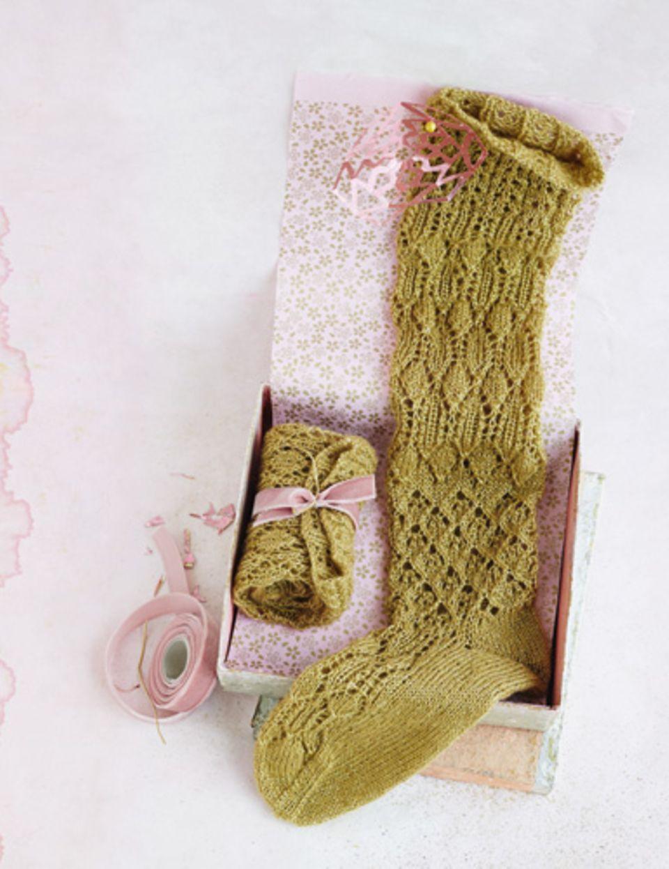 Wer Strümpfe stricken will, muss ein bisschen Übung haben. Aber der Aufwand für diese Kniestrümpfe mit Ajourmuster lohnt sich - versprochen!  Zur Anleitung Strümpfe stricken