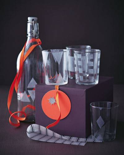 Flasche & Gläser mit Masking-Tape so bekleben, dass ein Muster entsteht. Satinierfarbe mit dem Schwamm auftupfen. Masking-Tape vorsichtig abziehen und die Farbe bei 80 Grad 15 Minuten im Backofen einbrennen lassen.