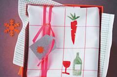 Stempelmotive auf gewünschte Größe kopieren und ausschneiden. Silhouetten aufs Moosgummi übertragen, mit dem Cutter ausschneiden und auf Holzstücke kleben. Farbe mit dem Pinsel auf die Stempel auftragen, Geschirrtuch bedrucken und nach dem Trocknen zum Fixieren von links bügeln.