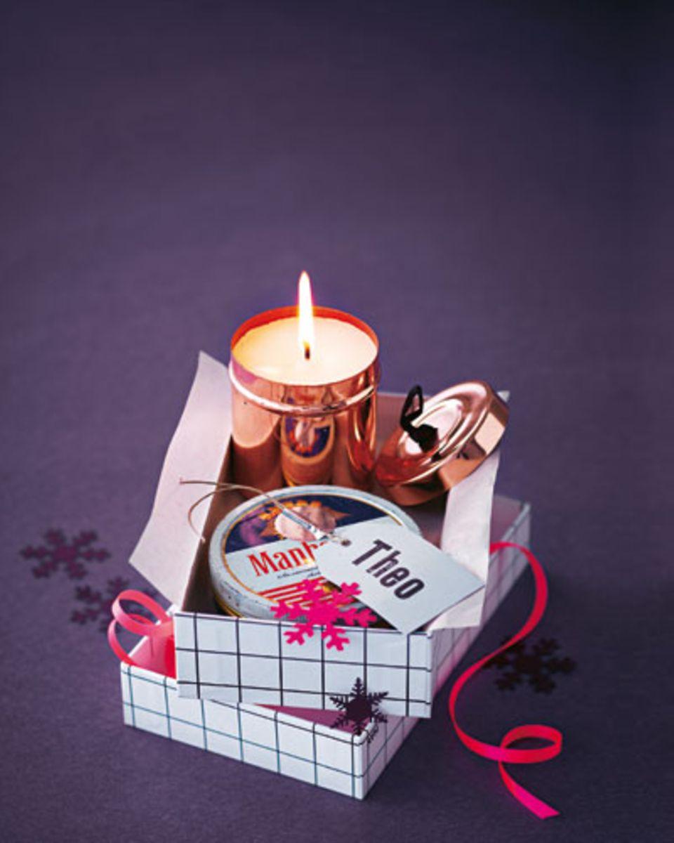 Die Kerzenmasse nach Anleitung anmischen, eingießen und den Docht eintauchen. Auskühlen lassen - fertig.
