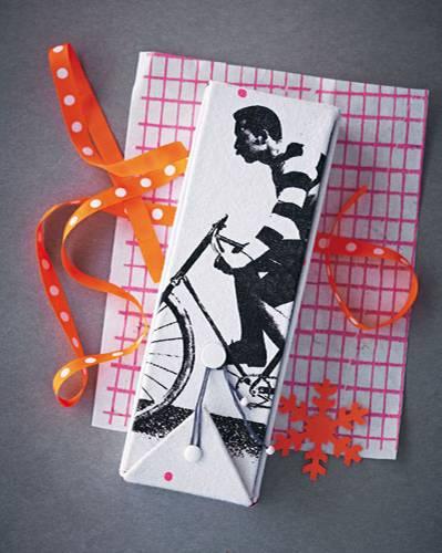 Pappe nach der Zeichnung auf S. 148 zuschneiden, mit Prittstift auf die Rückseite des Stoffs kleben (dabei zwischen den Pappstücken je 3 mm Abstand lassen). Stoff wie auf der Zeichnung rundum zu- und an den markierten Stellen einschneiden. Stoff umklappen und festkleben. Box zusammenfalten, offene Kanten von Hand mit Kreuzstich zusammennähen. Für den Verschluss mit der Stricknadel Löcher in die Deckelteile bohren und Briefklammern befestigen. Mit buntem Papier die Innenseite der Box bekleben. Zum Schluss Perlen an die Enden des Stickgarn-Stücks knoten und dieses als Verschluss um die Briefklammern wickeln.