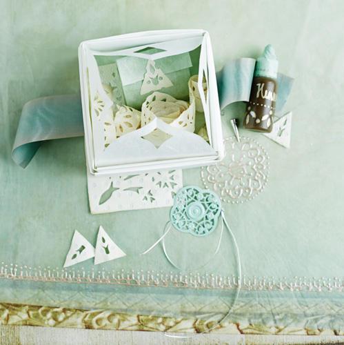 Eine tolle Geschenkidee für Beauty-Fans: Henna-Set mit Mehndi-Schablonen. Mehndi ist eine Körperbemalung mit Henna-Farbe, die mit der Zeit verblasst.Zur Anleitung Henna-Set mit Mehndi-Schablonen.