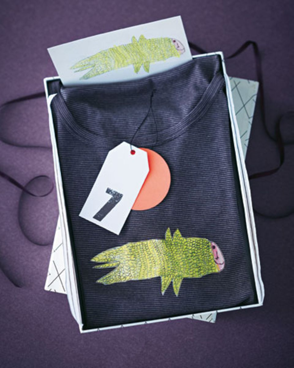 Zeichnung einscannen und nach Anleitung auf Transferpapier ausdrucken. Motiv ausschneiden, aufs T-Shirt legen und nach Anweisung festbügeln. Wer möchte, kann das Motiv abschließend noch mit dünnem Faden und kleinen Stichen zusätzlich fixieren.