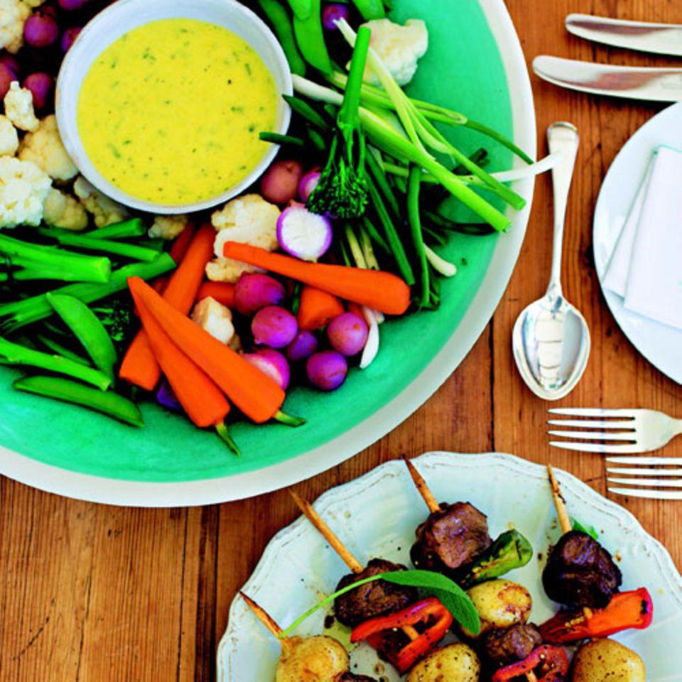 Die machen Vegetarier genauso froh wie Fleischliebhaber: knackiges Gemüse (nach dem Kochen kurz in Eiswasser abgeschreckt) und scharfes Fleisch (mit Pfefferschoten auf den Spießen und Tabasco in der Marinade). Zum Rezept: Gemüseplatte mit Sauce Béarnaise Zum Rezept: Schweinefilet-Paprika-Spieße mit Sherry