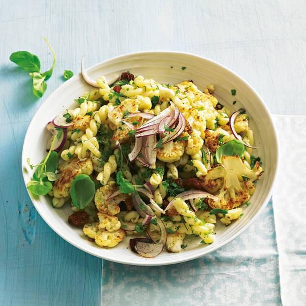 Nudelsalat geht immer - ob zu Grillpartys oder an Silvester. Für diesen Nudelsalat mischen wir Pasta mit Blumenkohl, Physalis und Cranberrys. Zum Rezept: Nudelsalat mit Blumenkohl