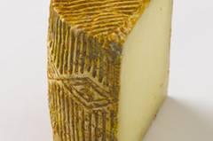 Zur Zwiebelkonfitüre passt beispielsweise Tommette d'Ariège, ein harter, gereifter Käse aus den Bergen des Ariège im französischen Baskenland. Es ist ein Brébis, also ein Käse aus Schafsmilch. Wunderbar ist die Zwiebelkonfitüre auch mit Pecorino oder Manchego!