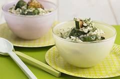 Dieses Risotto wird Ihre Familie ganz sicher über den grünen Klee loben: Dank Zucchini, Thymian und Rosmarin schmeckt es wie direkt vom Mittelmeer. Zum Rezept: Zucchini-Risotto