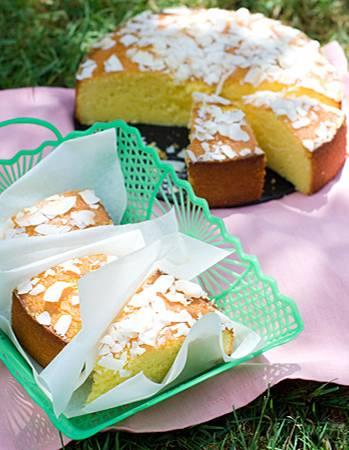 Ein schneller Rührkuchen, der durch Joghurt wunderbar saftig wird. Zitronenguss und Kokoschips sorgen für einen Hauch Exotik. Zum Rezept: Grießkuchen