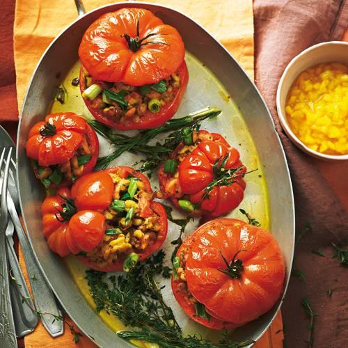 Statt Hack kommt Tempeh (aus Sojabohnen) in die Füllung. Kreiert hat dieses Gericht übrigens Vegan-Profi Nicole Just  siehe Interview ? wie sie es zubereitet, sehen Sie im Video unter www.brigitte.de/justvegan.  Zum Rezept: Tempeh-Tomaten mit Mango-Chili-Salsa