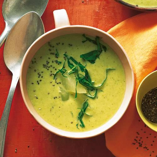 Quinoa, das Gänsefußgewächs aus den Anden, bindet die cremige Suppe, Ingwer und Apfelsaft geben ihr einen erfrischendscharfen Kick. Rezept: Grüne Kohlrabi-Apfel-Suppe mit Ingwer