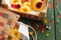 Engelsaugen sind ein Klassiker - aber statt die Plätzchen mit Marmelade zu füllen, stecken wir diesmal Mini-Gummibärchen in die Teigmulden. Die Gummibärchen-Taler aus Mürbeteig sind bunt, süß und der Hit bei Kindern! Zum Rezept: Gummibärchen-Taler
