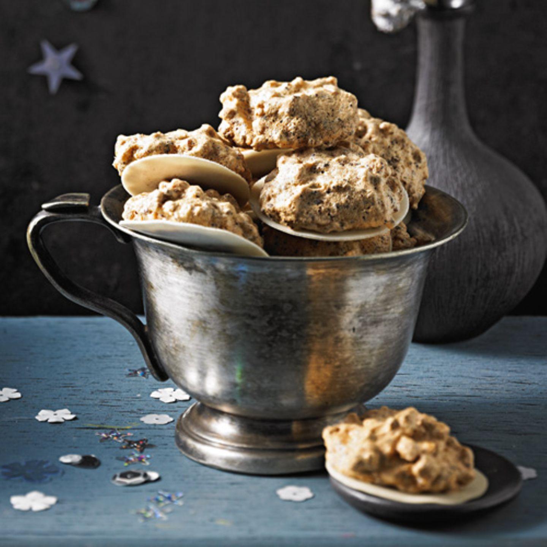 Unter der Eischnee-Decke aus Eiweiß und Zucker verbergen sich karamellisierte Mandeln, Zitronat, Orangeat und Zartbitterschokolade. Lecker!Zum Rezept: Wespennester