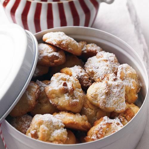 Der Teig für die Cookies wird einfach in Häufchen aufs Blech gesetzt - da können auch Kinder helfen, denn es muss nicht so akkurat sein. Wer es kräftig schokoladig mag, nimmt statt weißer Schokolade Zartbitter-Schokotropfen. Zum Rezept: Weiße Schoko-Walnuss-Cookies