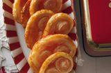 Mit fertigem Blätterteig sind die knusprigen Schweineohren ratzfatz gebacken. Bunter Zucker bringt Farbe ins Spiel! Zum Rezept: Bunte Schweineohren