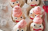Kokosmakronen mal anders: Mit rosa Baiserhaube, Lakritz-Augen und Fruchtgummi-Mund verwandeln wir sie in niedliche Weihnachtsmänner. Zum Rezept: Weihnachtsmänner aus Baiser