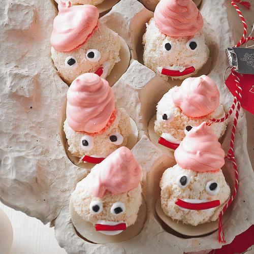 Kokosmakronen mal anders: Mit rosa Baiserhaube, Lakritzaugen und Fruchtgummimund verwandeln wir sie in niedliche Weihnachtsmänner. Zum Rezept: Weihnachtsmänner aus Baiser