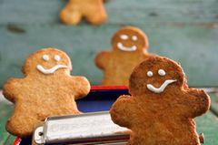 Lebkuchen gehören an Weihnachten einfach dazu. Diese Variante ist besonders einfach: Wir geben nur noch etwas Orangeat und Lebkuchengewürz zu unserem Grundteig. Und mit ihrem Zuckergusslächeln sehen die Lebkuchen-Männchen einfach niedlich aus. Das klappt auch, wenn ihr keine Deko-Feen seid, versprochen! Zum Rezept: Lebkuchen-Männchen