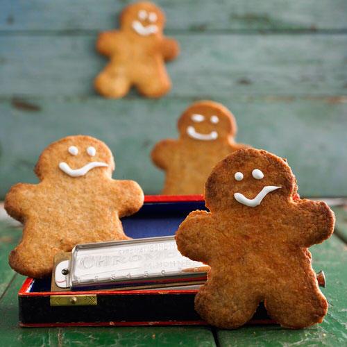 Lebkuchen gehören an Weihnachten einfach dazu. Diese Variante ist besonders einfach: Wir geben nur noch etwas Orangeat und Lebkuchengewürz zu unserem Grundteig. Und mit ihrem Zuckergusslächeln sehen die Lebkuchen-Männchen einfach niedlich aus. Das klappt auch, wenn ihr keine Deko-Fee seid, versprochen! Zum Rezept: Lebkuchen-Männchen