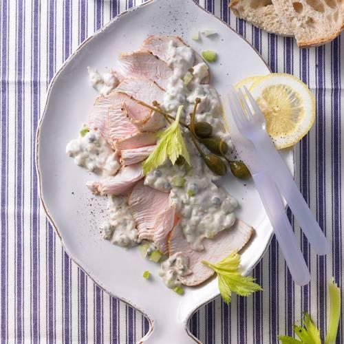 Vitello tonnato mit Kalbfleisch mit Tunfischsoße ist ein italienischer Klassiker. Unsere kinderfreundliche Variante setzt auf Putenbraten. Saure Sahne macht die Soße leicht.