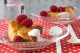 Milchreis mal anders - als Reisauflauf mit Äpfeln und Zimt. Schöner Farbtupfer: frische Früchte, zum Beispiel Himbeeren. Zum Rezept: Reisauflauf mit Äpfeln und Zimt.