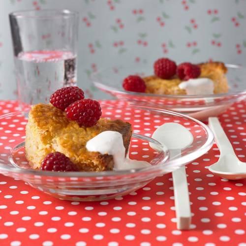 Milchreis mal anders - als Reisauflauf mit Äpfeln und Zimt. Schöner Farbtupfer: frische Früchte, zum Beispiel Himbeeren.